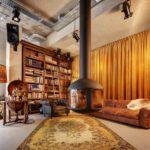 biblioteca nella lobby dell'hotel stile vintage V Nesplein in Amsterdam