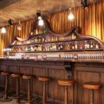 Bancone bar dell'hotel stile vintage V Nesplein in Amsterdam