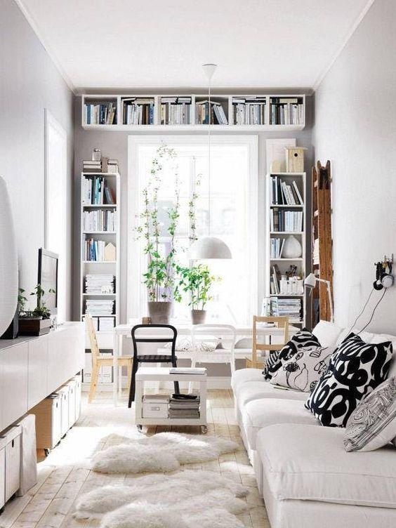 salone con libreria intorno alla finestra in piccoli spazi