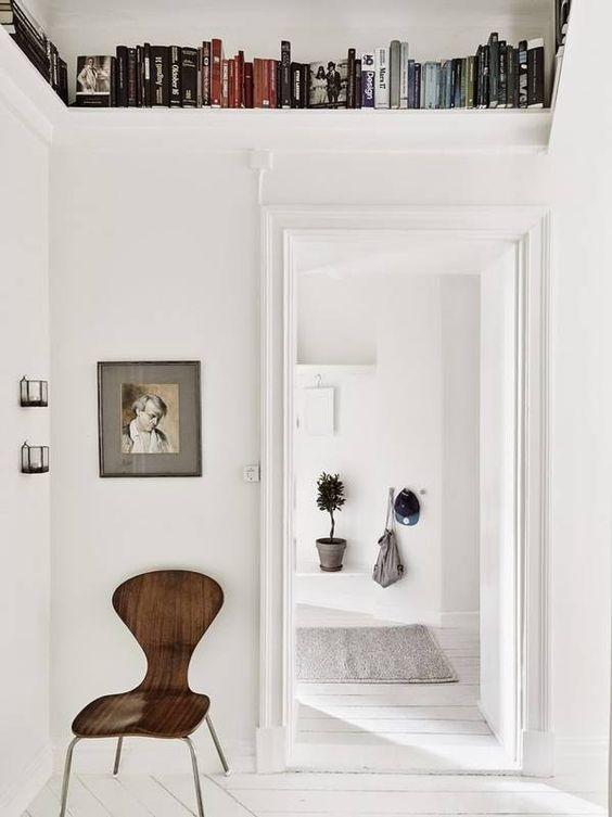corridoio con libreria in altezza per piccoli spazi