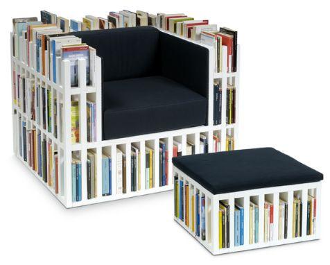 poltrona costruita come una libreria per piccoli spazi